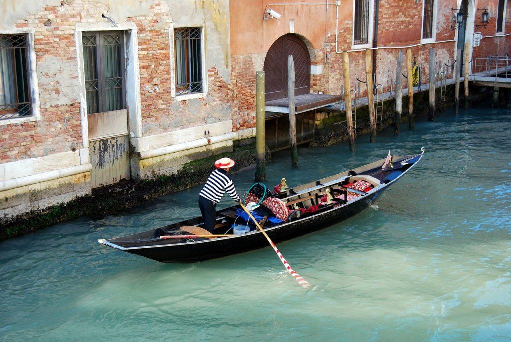 Utiliser la location de voiture à Venise avant d'emprunter ses gondoles