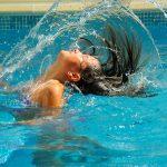 Cheveux chatoyants à la piscine