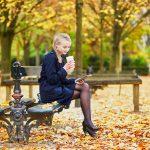 Jeune femme dans le Jardn du Luxembourg à Paris